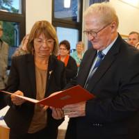 Die Willy Brandt Medaille für Kurt Schüßler, überreicht von der Kleinheubacher SPD-Vorsitzenden Monika Wolf-Pleßmann.