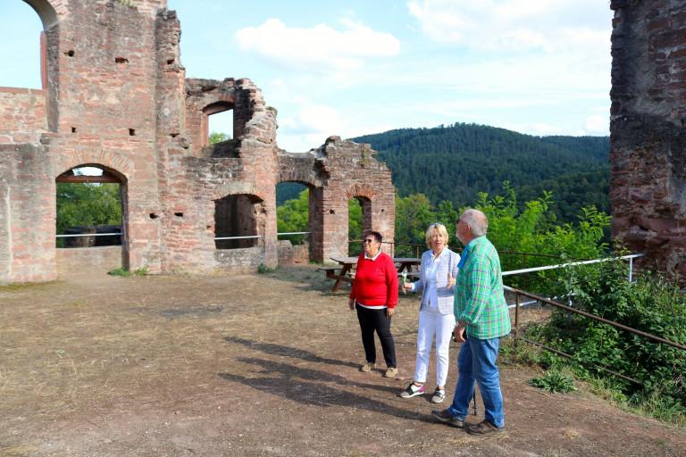 Martina Fehlner mit Werner Wolf, der 2. Vorsitzende der Burgfreunde Kollenburg und Anni Wolf, Gemeinderätin