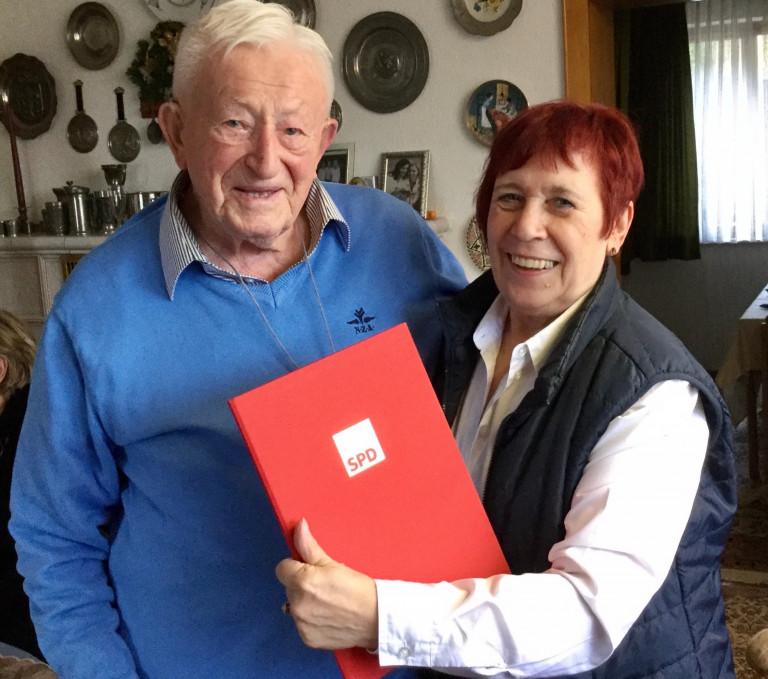 An seinem 99. Geburtstag überreichte Ruth Weitz die Ehrenurkunde und Nadel für 60-jährige SPD-Mitgliedschaft an Heinrich Vad - Foto: Sonja Schmidl